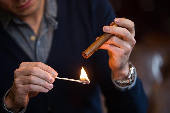 la casa del tabaco encender un cigarro 01